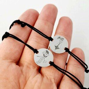 Set 2 bratari - Gravura desen propriu si/sau a scrisului de mana - Banuti de 15 mm - Argint 925 - snur negru gros reglabil