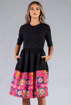 Rochie neagra cu detaliu traditional roz