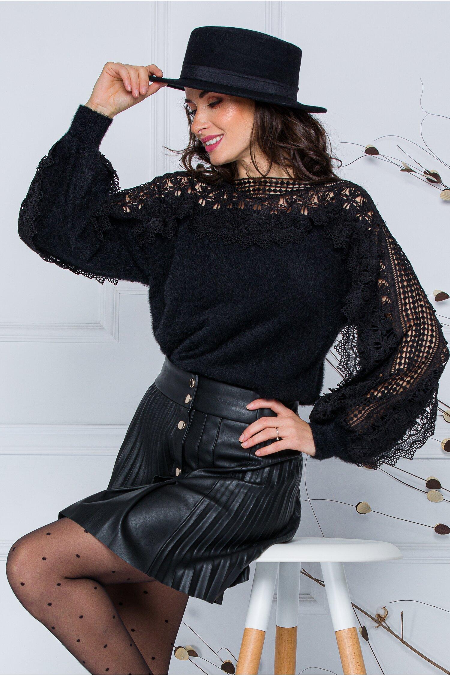 Bluza Jasmine neagra din tricot moale cu detalii din dantela la bust si maneci imagine