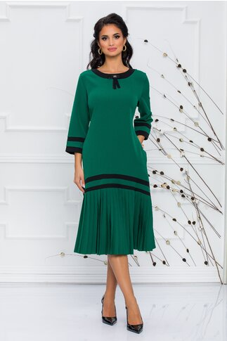 Rochie Sorina verde cu pliuri la baza si accesoriu tip brosa