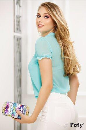 Bluză din voal turcoaz cu jabou și broșă decorativă perla